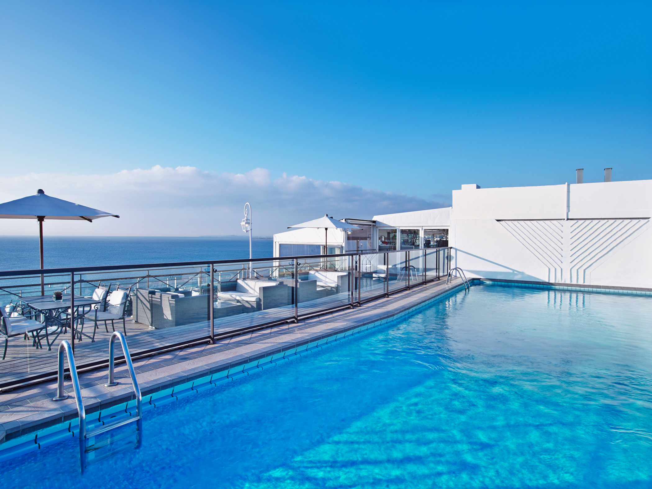 Rooftop pool overlooking the mediterranean le meridien for Les piscines
